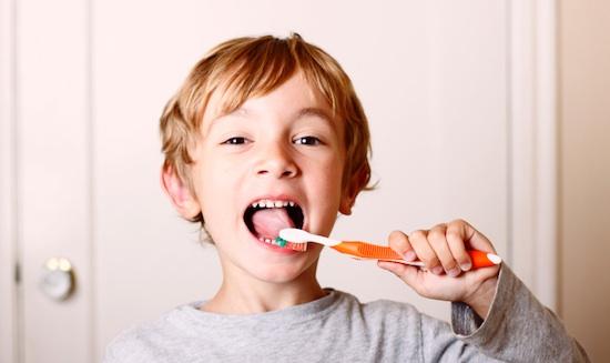 مسواک زدن,دندان کودکان,دکتر کبریایی,دندانپزشکی کودکان در یزد,استفاده از مسواک انگشتی,