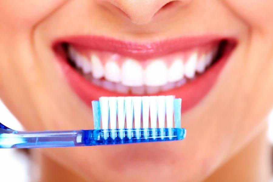 مسواک زدن اشتباه,مسواک زدن,معیار انتخاب مسواک و نخ دندان,خمیر دندان مناسب کودکان