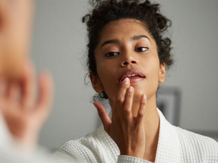 لکه های سیاه روی لب,woman-checks-lips